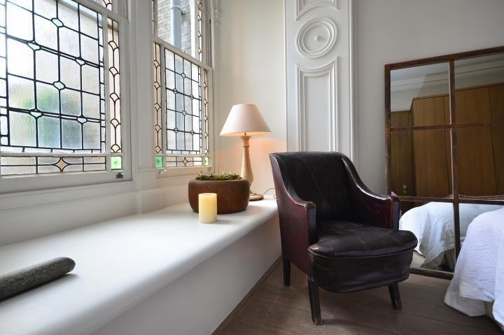 Casa londinense con interiores blancos