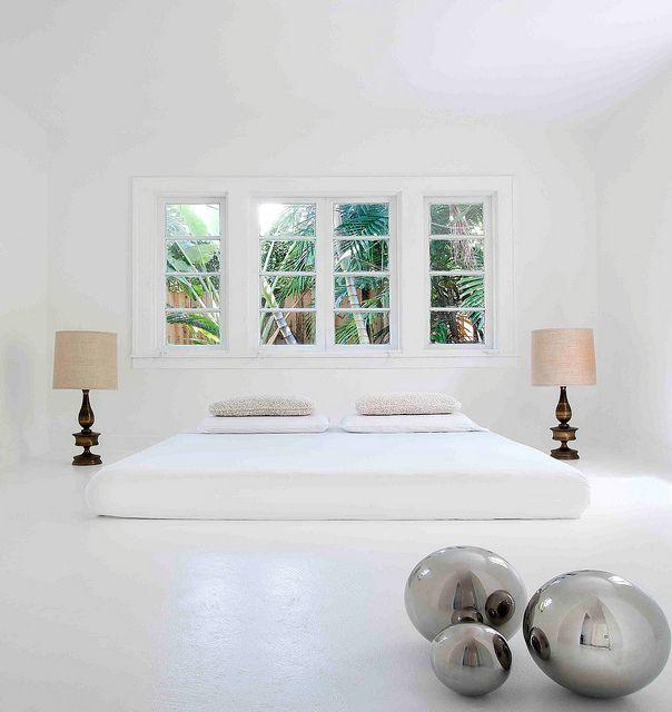 Dormitorio minimalista en blanco absoluto