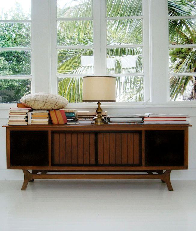 Mueble de estilo en el living moderno complementa la decoración