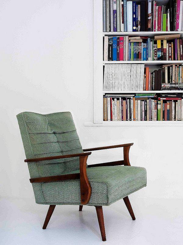 Biblioteca en blanco empotrada en la pared