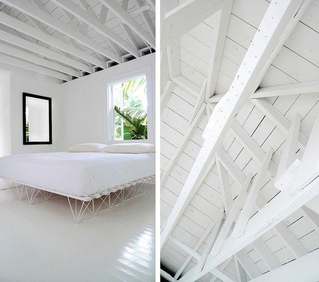 Dormitorio moderno y minimalista con techo de madera a la vista pintado de blanco