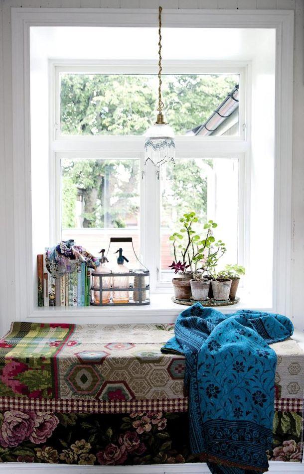 Detalles en color alegran y dan vida a la ventana