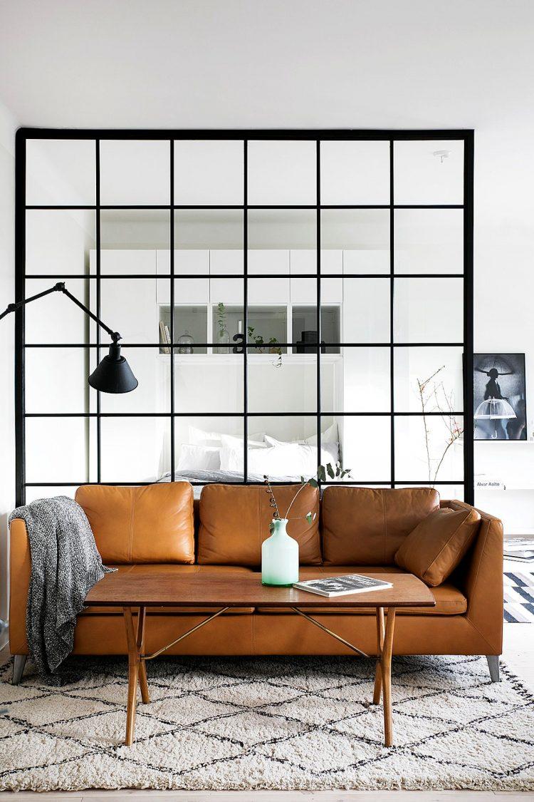 Depa pequeño con ideas para separar espacios: un muro vidriado
