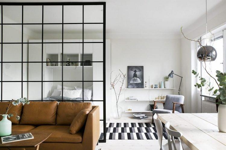 El muro vidriado divide la sala de la recámara
