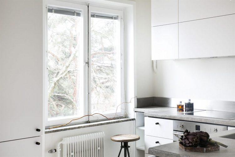 Cocina de diseño minimalista en L integrada al ambiente principal