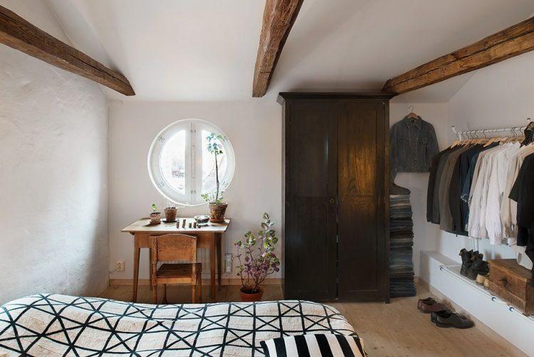 Recámara en la planta alta con decoración rústica y muebles antiguos y clásicos