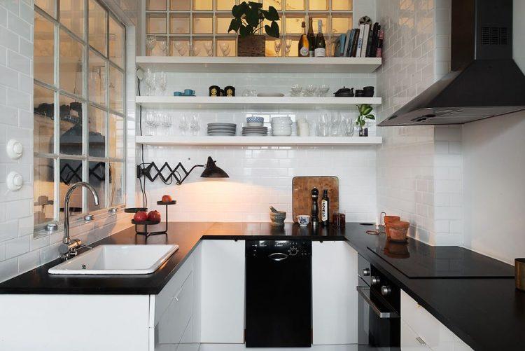 Cocina con diseño en forma de U y paleta de color monocromática, un clásico de la decoración escandinava