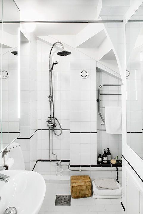 Cuarto de baño pequeño con un diseño que combina azulejos blancos y negros