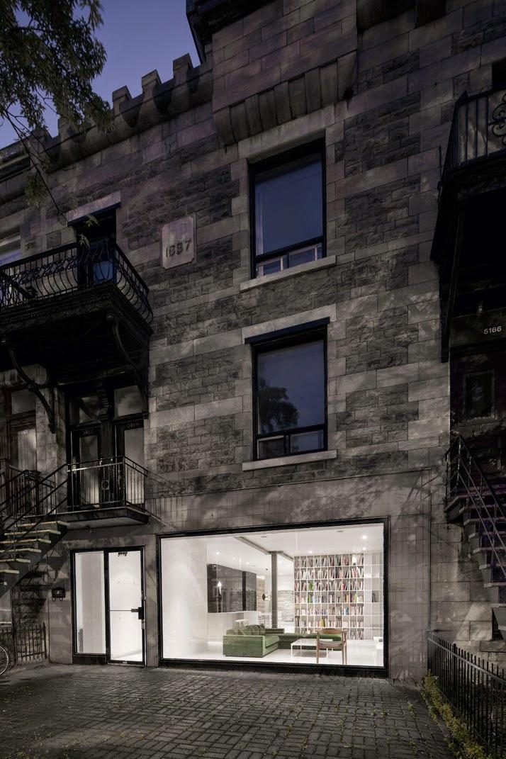 Exterior antiguo contrasta con el interior minimalista y moderno de la vivienda