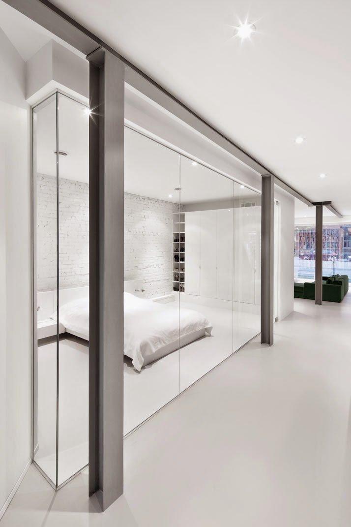 Vigas a la vista y paredes de ladrillo visto agregan detalles estilo industrial a la decoración minimalista