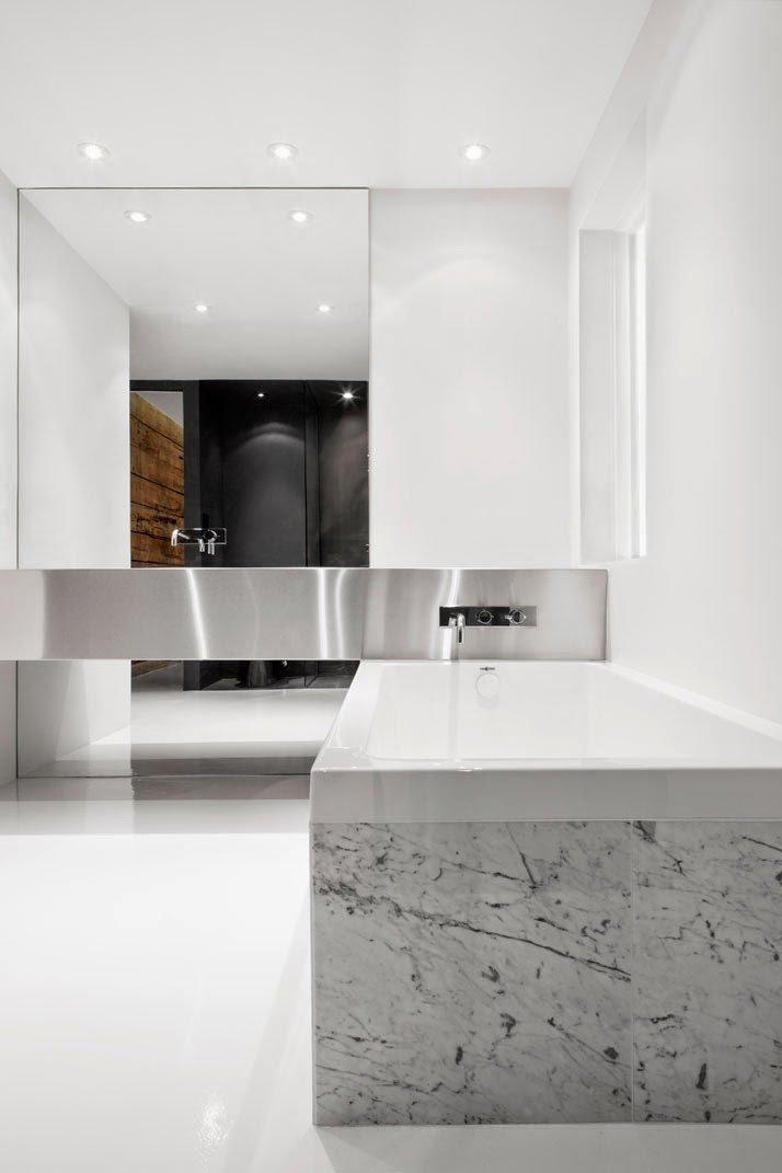 Baño con diseño que pone el acento en las líneas geométricas para reforzar la decoración moderna y minimalista