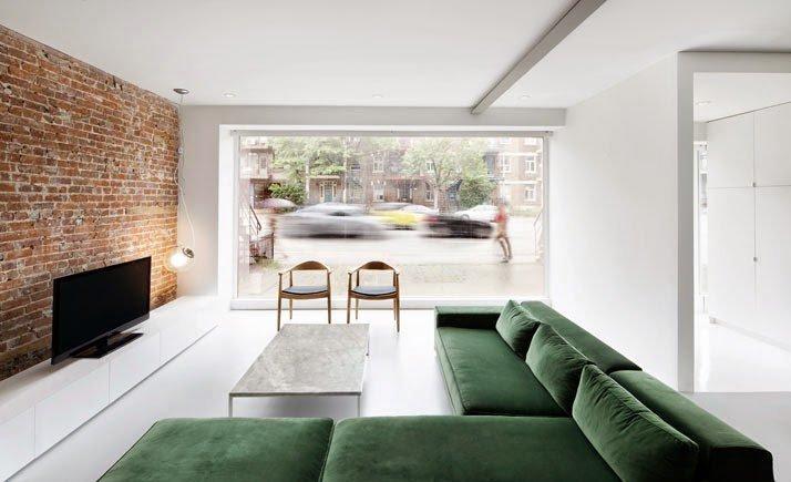 Sala con decoración minimalista y pared de ladrillo a la vista