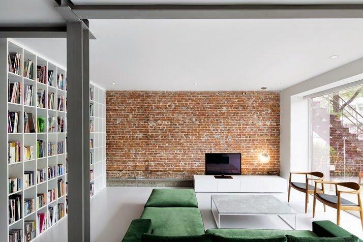 Interiores minimalistas en una vivienda antigua renovada