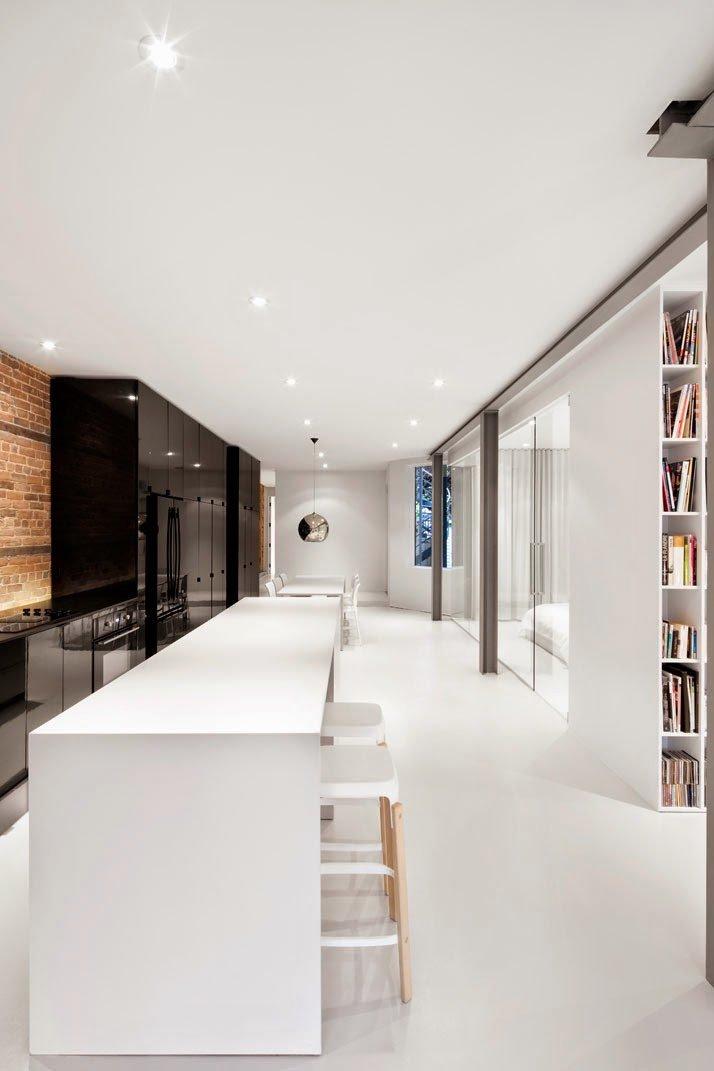 Pisos en color claro y luces empotradas para dar mayor luminosidad a la vivienda