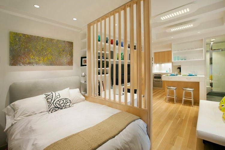 Divisor de espacios realizado en madera para separar la recámara de la sala o ambiente principal