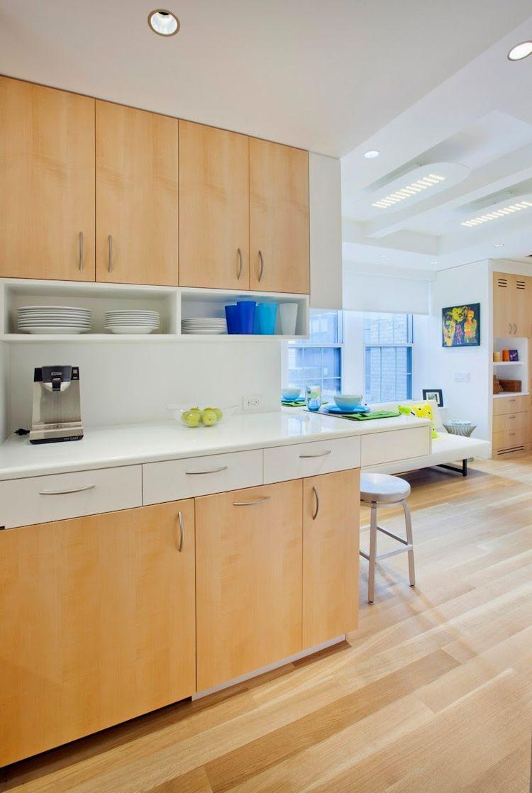Cocina contemporánea con diseño en L utilizando parte del hall de entrada para hacerla más amplia