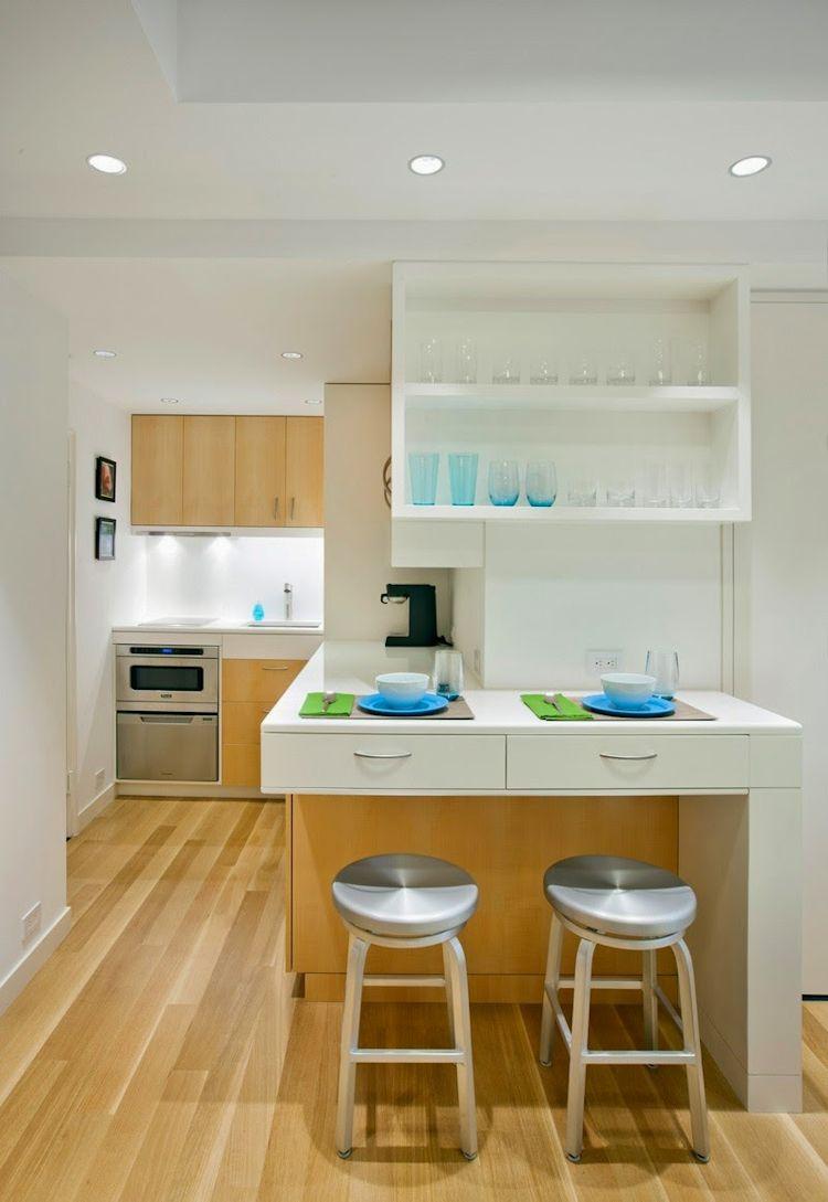 El uso de los mismos colores para la cocina que en la sala ayudan a integrarla y crear sensación de amplitud