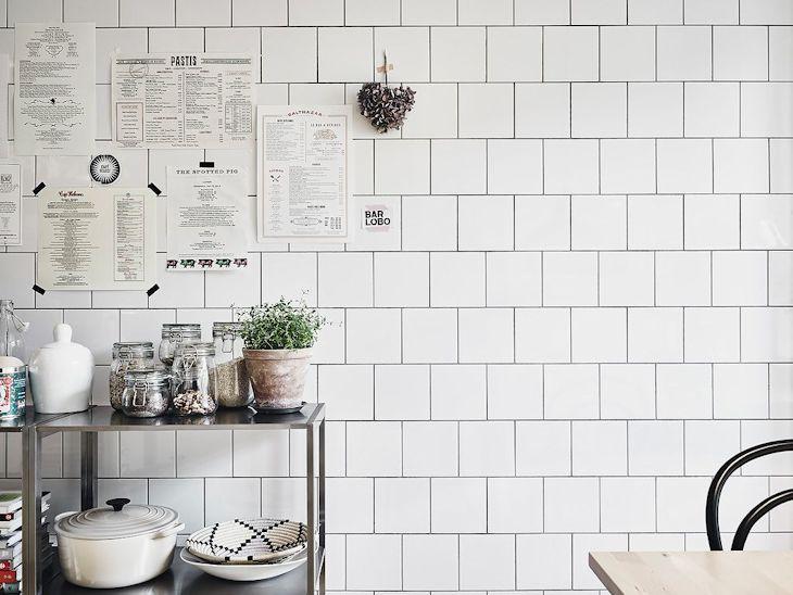 Una de las paredes que va de la cocina hacia el comedor se revistió con azulejos blancos desde el piso hasta el techo