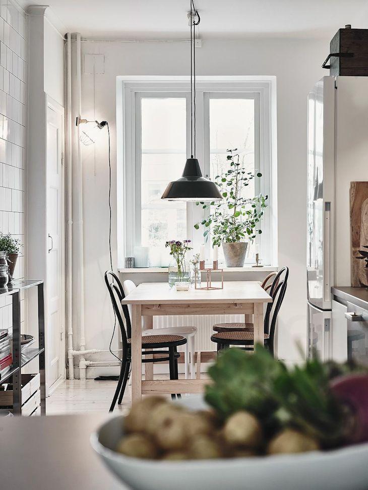 La decoración del comedor combina el estilo nórdico con algunos toques industriales