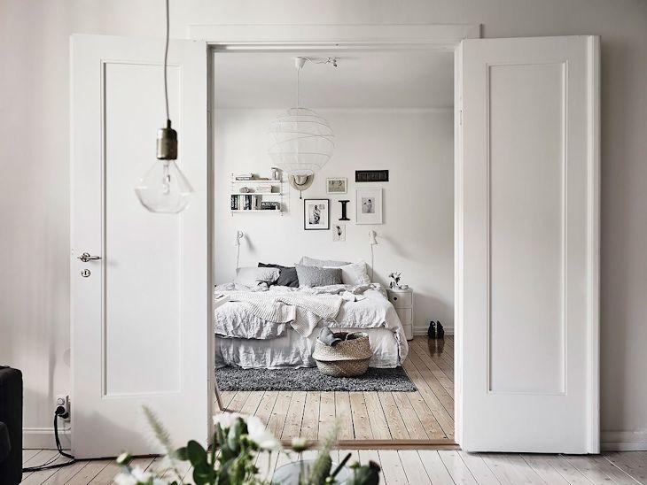 El dormitorio matrimonial se integra al living con una puerta de doble hoja de madera