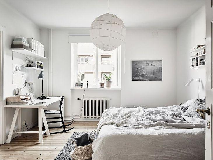 La decoración del dormitorio se parece mucho a la del living: estilo escandinavo informal