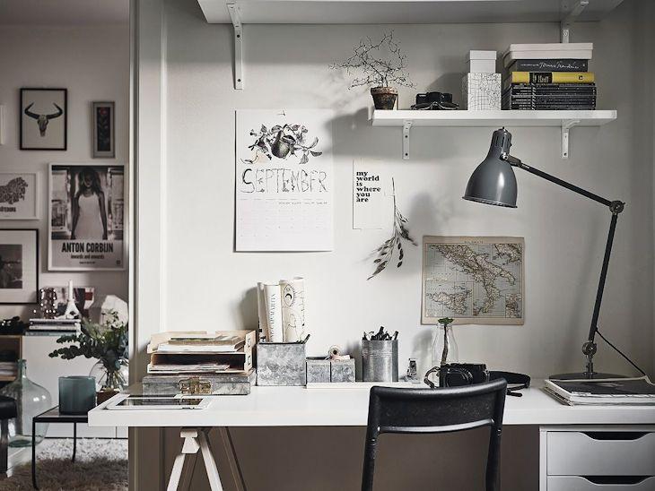 El espacio de trabajo es de diseño simple y económico: un caballete y una cajonera hacen de soporte de una placa de madera revestida en melamina blanca formando el escritorio