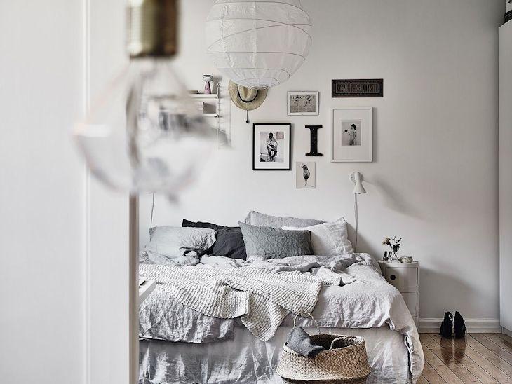 Sobre la cama se instaló una pequeña repisa de líneas nórdicas y a su lado un conjunto de cuadros, láminas y adornos que hacen del ambiente un lugar más informal y reemplazan efectivamente el rol de un respaldo de cama