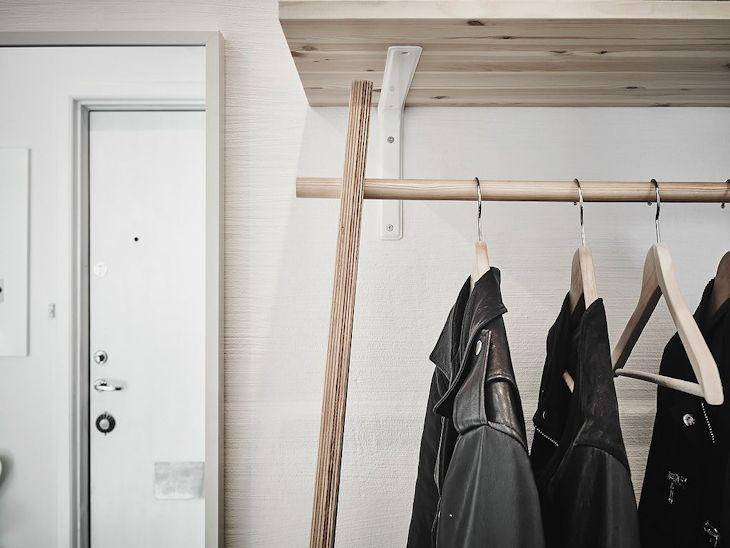 Un estante y perchero económicos suman espacio de guardado en el hall / recibidor