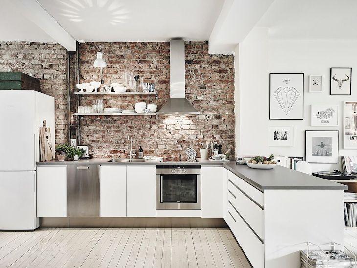 En la cocina los pisos también son de pino claro, haciendo que la integración con el living sea más fluída