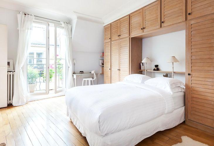 Se construyó un armario con terminación en madera natural con espacio para la cama en el medio