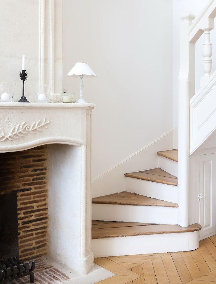 Chimenea y escalera, dos elementos arquitectónicos que sirven para decorar el living