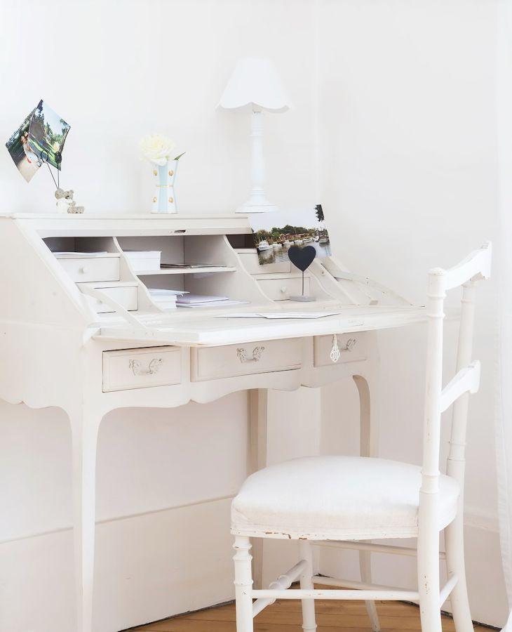 Los muebles antiguos pintados de blanco son un elemento común en la decoración del departamento