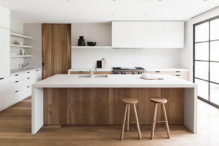 Cocina de diseño contemporáneo con pisos de madera, muebles de cocina y la parte inferior de la barra revestida en madera