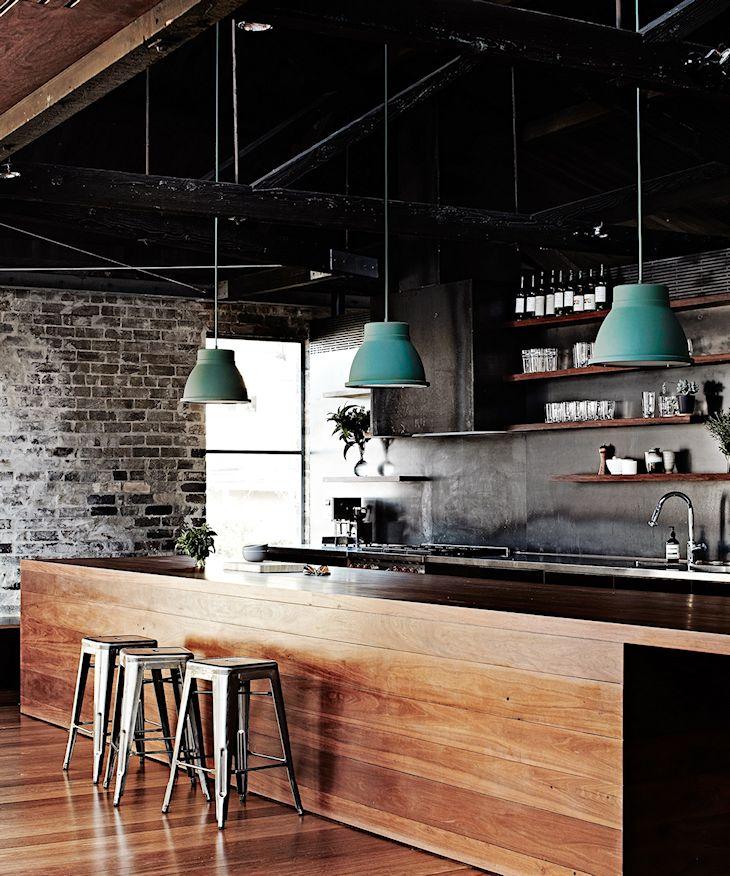 Cocina estilo industrial con barra revestida en madera