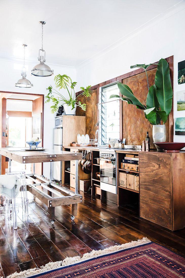 Cocina rústica con muebles de madera teñida