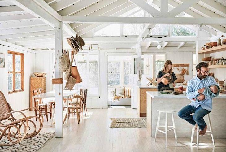 La madera no sólo reviste las paredes. También la encontramos en los techos, las vigas y el piso de la casa