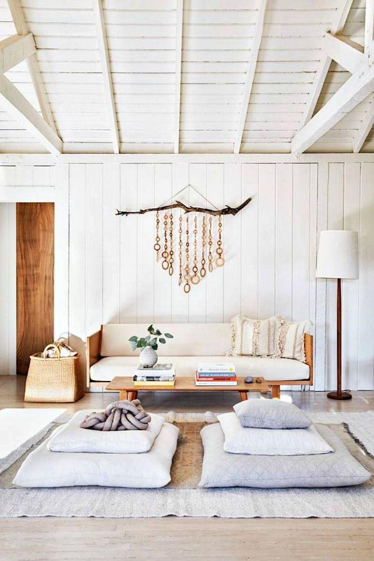 Casa pequeña rústica con interiores revestidos en madera