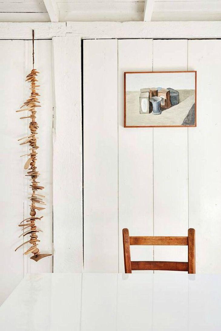 Decoración rústica en una casa pequeña con interiores revestidos en madera 4