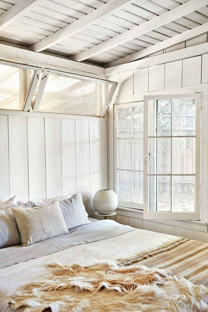 Decoración rústica en una casa pequeña con interiores revestidos en madera 6