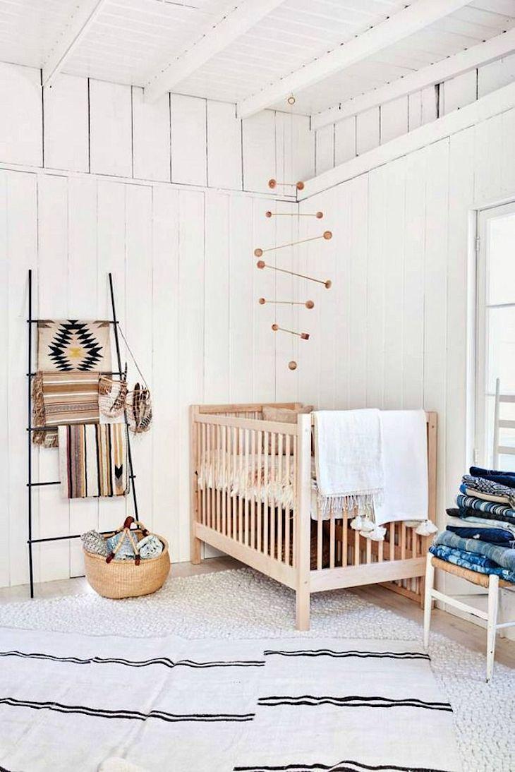 Decoración rústica en una casa pequeña con interiores revestidos en madera 8