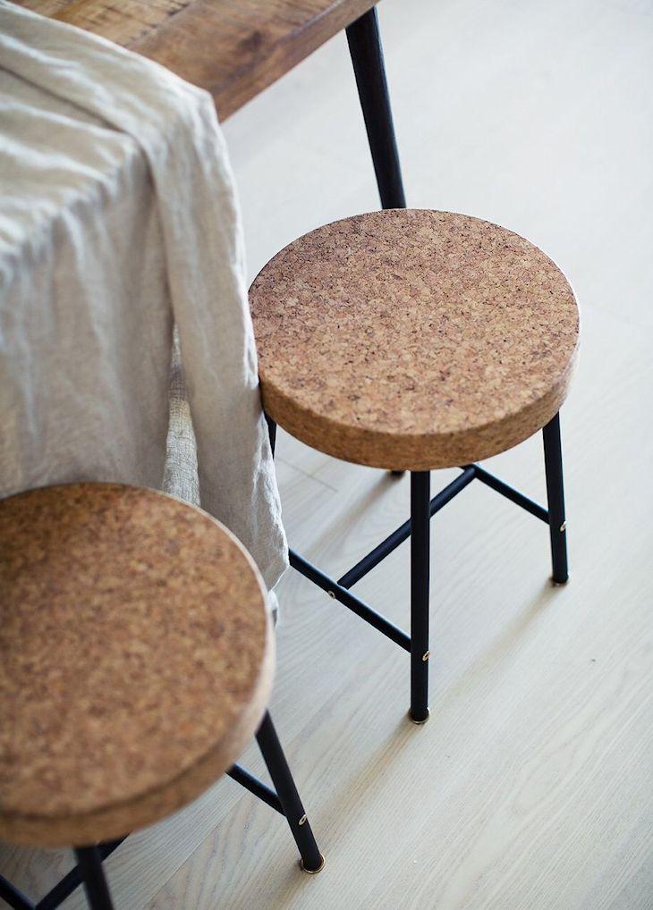 Banquitos con patas metálicas y asiento de material simil corcho