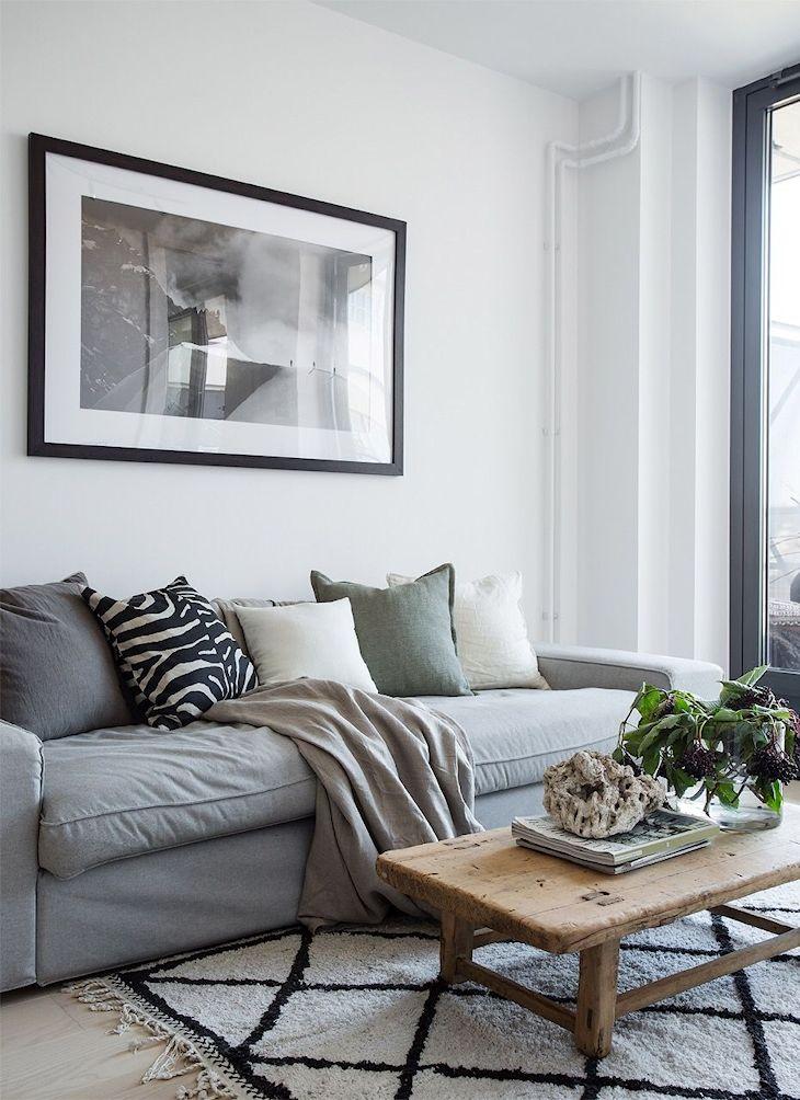 En todo el departamento los elementos textiles y la madera ayudan a generar calidez frente a la presencia de colores fríos como el blanco, negro y gris