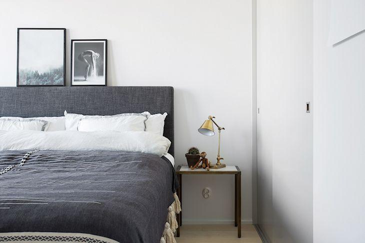 Muebles ligeros y detalles en dorado suman la cuota de color a la decoración