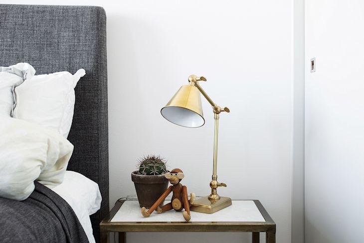 Velador dorado y mesita de luz con estructura metálica dorada