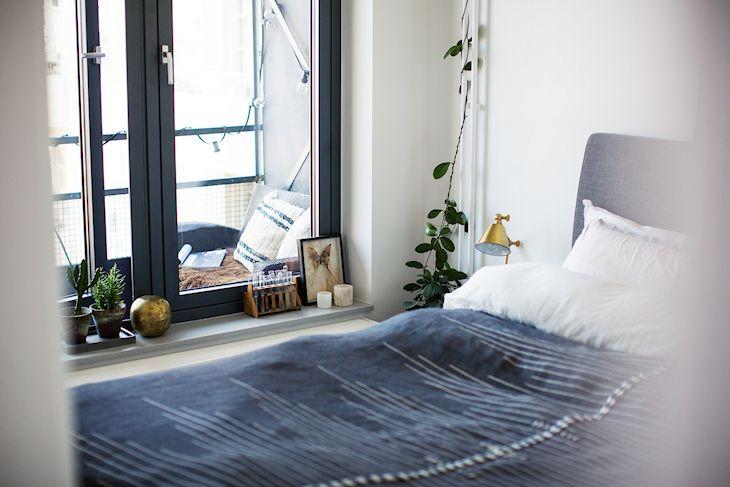 La decoración del dormitorio se complementa con pequeñas macetas que suman verde al ambiente