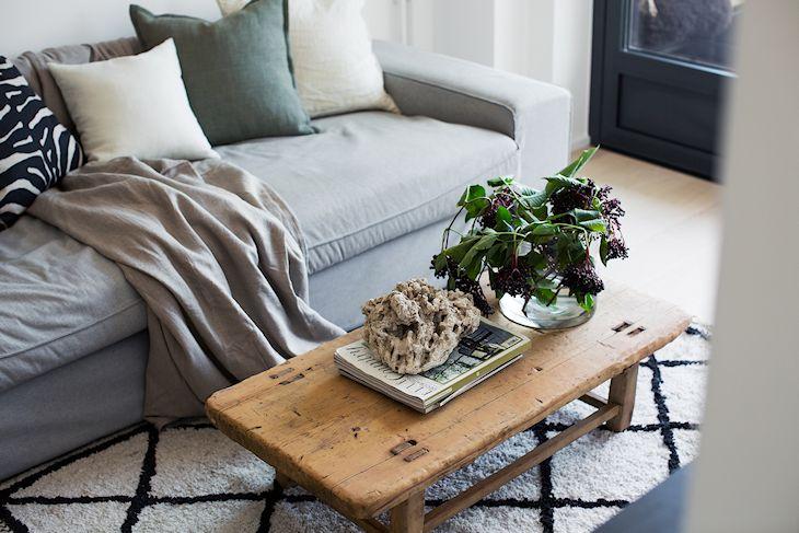 La mesa baja de centro de madera natural aporta color y calidez a la decoración del living