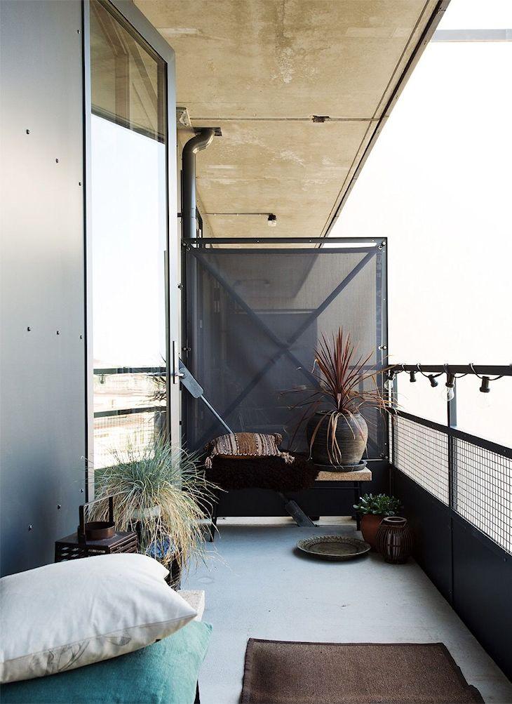 Para dar privacidad al balcón, se instalaron divisores metálicos con tela translúcida en gris