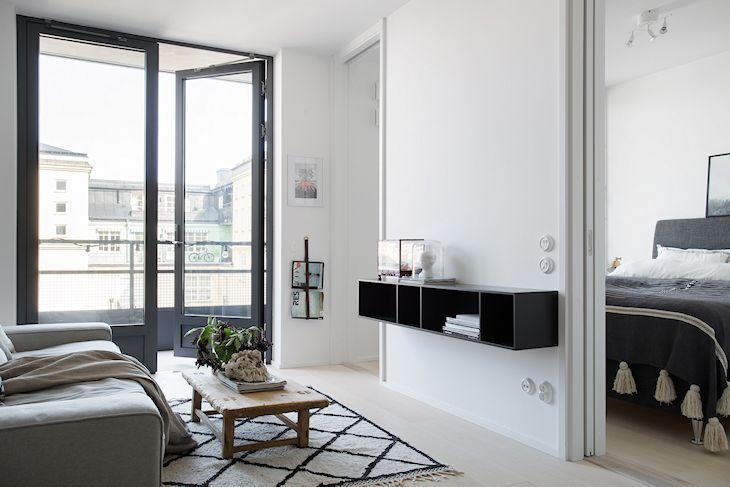 Los muebles colgados sobre la pared ayudan a que los ambientes parezcan más amplios