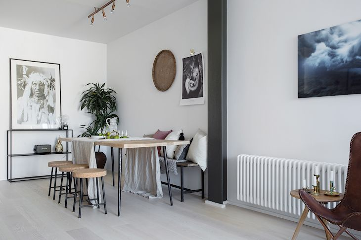 Las vigas expuestas en color gris suman detalles en estilo industrial, complementados con los muebles realizados en hierro y madera