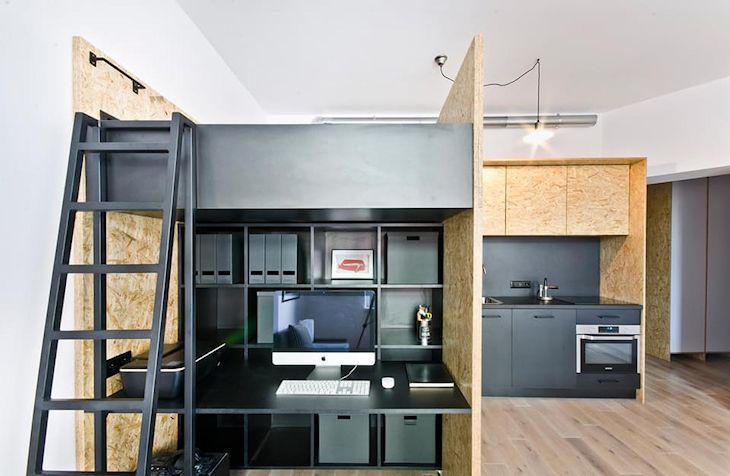 El escritorio se ubica en el extremo del mueble. A su costado se colocó la escalera para acceder al dormitorio en la parte superior.